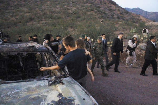 SE VEN EN SONORA. Integrantes de la familia LeBarón visitan el lugar del ataque, mientras el canciller Ebrard y el secretario de Marina, Rafael Ojeda, se retiran. Foto: Cuartoscuro