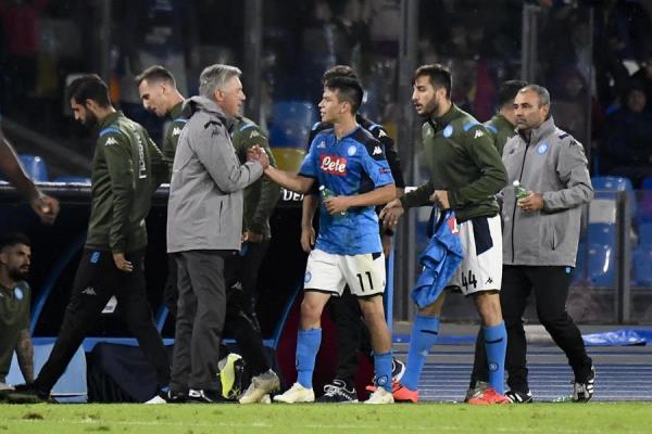 APOYO. Carlo Ancelotti e Hirving Lozano viven horas complejas en la Serie A. Foto: EFE