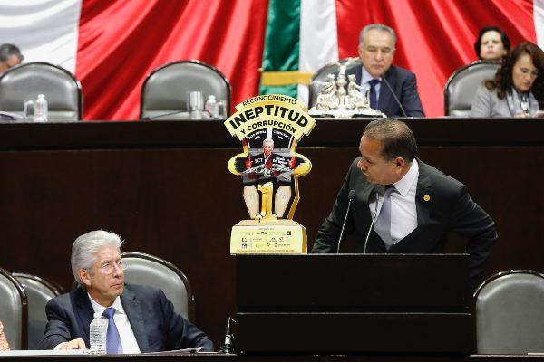 TROFEO. En su última aparición en San Lázaro, en 2018, diputados acusaron de corrupción a Ruiz. Foto: CUARTOSCURO