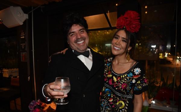 LOVE. Pablo García Castelain acompañó a su novia María Goretti, caracterizado de José José. Foto: Daniel Ojeda