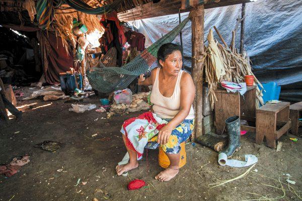 AGUJA E HILO. Juana plasma en la tela las imágenes que recuerda de su natal Guatemala. Así busca obtener dinero para mantener a sus 10 hijos.Foto: Cortesía de Aldo Santiago.