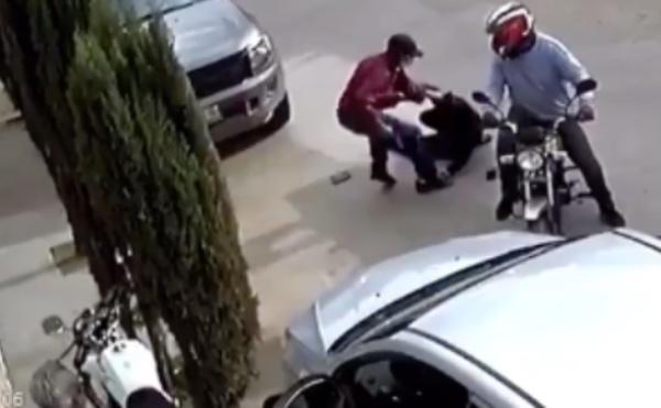 En segundos dos ladrones alcanzan y someten a su víctima. FOTO: Especial