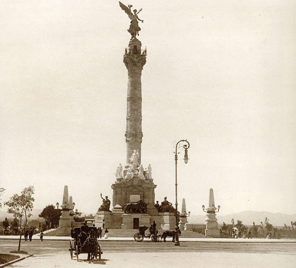 El Paseo de la Reforma frente al Monumento a la Independencia, poco después de la inauguración de este espacio en 1910. Foto: @laciudaddeméxicoeneltiempo