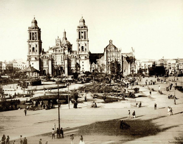 En 1878 el Zócalo era parte de una estación de tranvía que hacían parada en un kiosoco, ubicado a un costado de la Catedral. Foto: libro Aquel espacio cautivo.