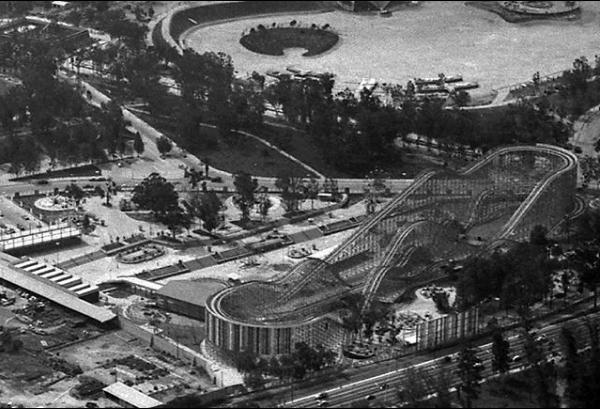¿Alguien dijo feria? La montaña rusa de la Feria de Chapultepec el día de su inauguración en 1964. Foto: @archivomx.