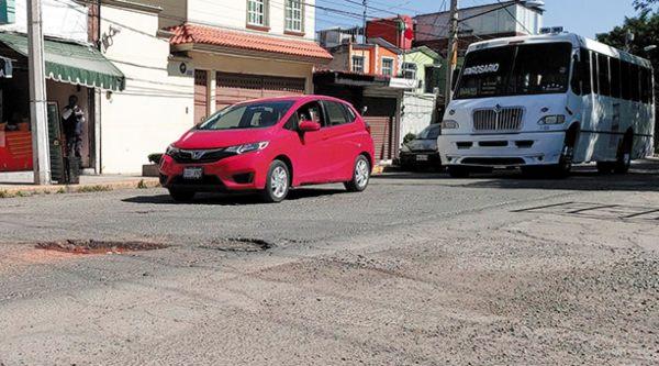 PROBLEMA. Los baches afectan por igual a avenidas principales y calles secundarias. Foto: Leticia Ríos.