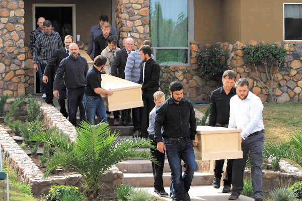 Las víctimas fueron llevadas por quienes en vida compartieron alegrías. Foto: AP