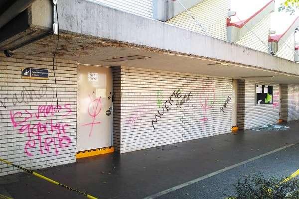 PINTAS. Las manifestantes pintaron el edificio anexo de la Facultad de Ingeniería. Foto: Especial