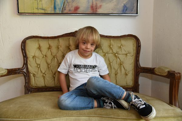 FUTBOL. Además de modelar, a Mathías le gusta hacer deporte. Foto: Daniel Ojeda.