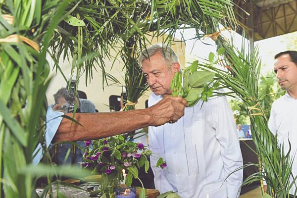VISITA. El mandatario, durante su gira por Yucatán, donde participó en el diálogo con los mayas. Foto: Especial.