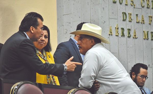 LABOR. El legislador Juan Carlos Molina (der. con sombrero) era miembro de la LXV Legislatura local. Foto: Especial