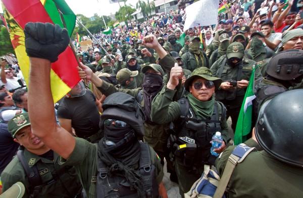 UNIDAD. Agentes se sumaron a las movilizaciones para exigir la salida del poder del presidente Morales. Foto: AFP