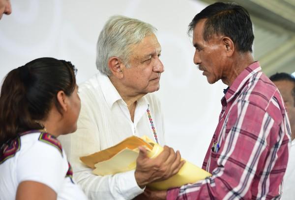 CARA A CARA. Andrés Manuel López Obrador recibió peticiones de los pobladores de Calakmul. Foto: Cuartoscuro