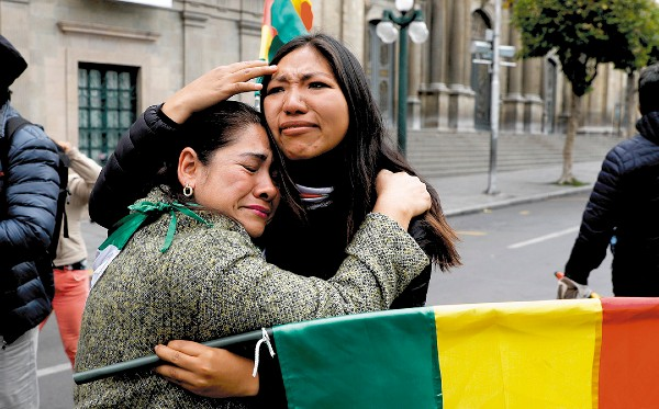 CAPITAL. Algunos lloraron, tras la renuncia. Foto: AP
