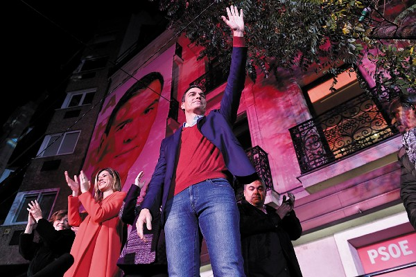TRIUNFO. El socialista Pedro Sánchez celebró junto a su esposa los resultados de las elecciones. Foto: AFP y REUTERS