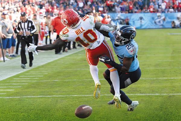 ERA MOORE. El quarterback sustituto, Matt Moore, quedó con récord de 1-1 mientras no jugó Mahomes, le ganó a los Vikings y cayó ante los Packers. Foto: AFP
