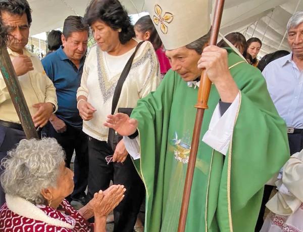 APOYO. Fieles se acercaron al obispo Vargas Peña para darle su respaldo.  Foto: Manuel Durán