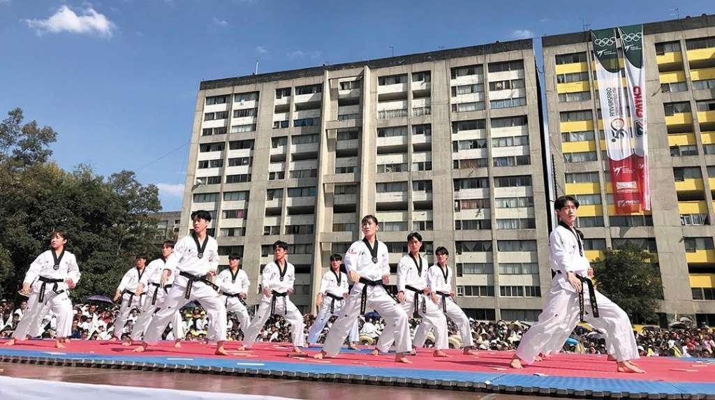 EXHIBICIÓN. Los atletas mostraron rutinas de Kukkiwon, en la Plaza de las Tres Culturas deTlatelolco. Foto: Katya López