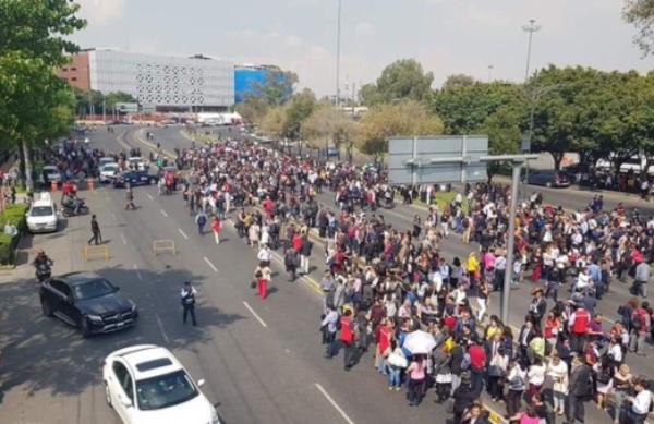 Trabajadores administrativos fueron desalojados de forma ordenada. FOTO: @hugopaezoficial