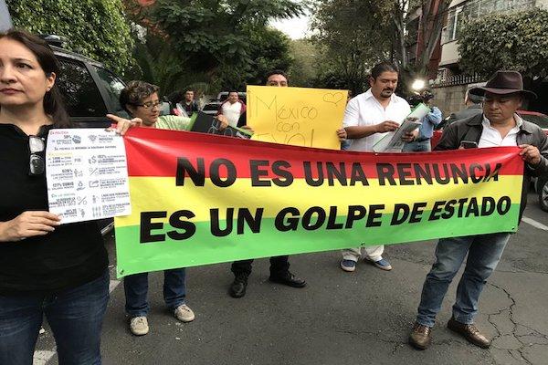 Un grupo de manifestantes está a las afueras de la Embajada de Bolivia en México. Foto: Israel Lorenzana
