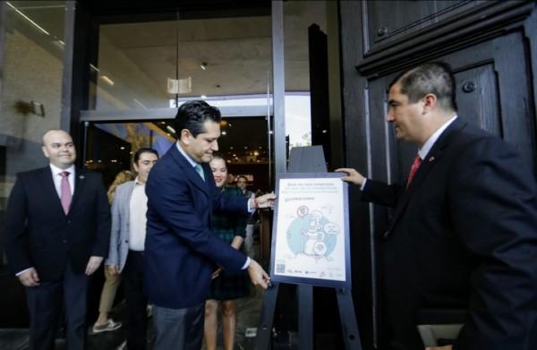 El caricaturista Manuel Falcón fue el encargado de diseñar la placa con la que se identificará a las empresas o negocios que se sumen a la iniciativa. Foto: Especial