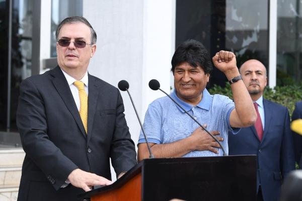 Ebrard y Morales en el AICM. Foto: Leslie Pérez