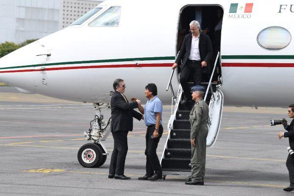 Ebrard reconoció el trabajo de los tripulantes del avión. Foto: Leslie Pérez.