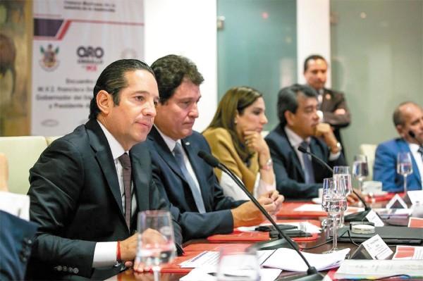 ●  CONSTRUCTORES. El gobernador Francisco Domínguez estuvo con la CMIC. Foto: Especial