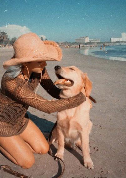 En la playa, con su perro Marcelo. Foto: camilaaraiza