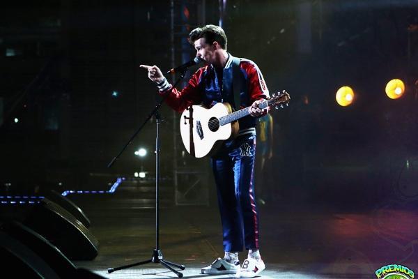 Drake Bell canta al ritmo del Cielito Lindo. Cortesía: Telehit.
