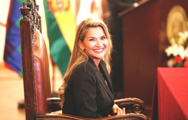 Jeanine Áñez, la presidenta de Bolivia nombró ayer a una nueva cúpula militar. Foto: AP