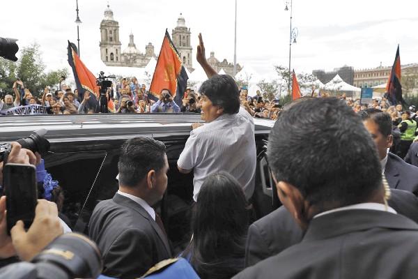 APOYO. Tras ver a Claudia Sheinbaum, Morales saludó a partidarios y abordó una camioneta. Foto: EFE