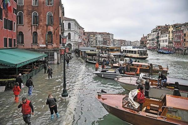 CRISIS. El agua traspasó tablones de tiendas y hoteles de la ciudad italiana. Foto: AP