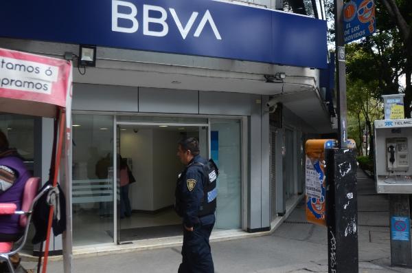 Aquellas sucursales que ofrecen sus servicios al interior de centros comerciales o almacenes sí abrirán sus puertas al público. FOTO: Cuartoscuro