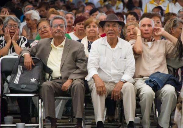 Los adultos mayores se encuentran en las listas de apoyo programadas por el gobierno de Barbosa Huerta. Foto: Cuartoscuro