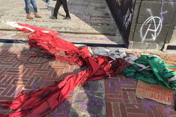 Encapuchados quemaron la bandera de México. Foto: Israel Lorenzana