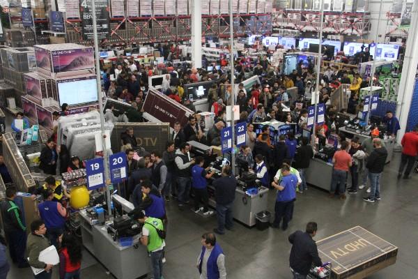 Decenas de personas acudieron al primer minuto de las compras del ya tradicional