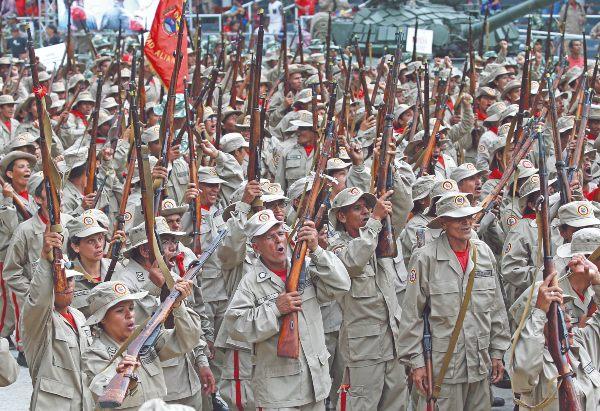 FIELES. Nicolás Maduro anunció que las milicias serán desplegadas hasta finales de año. Foto: AP