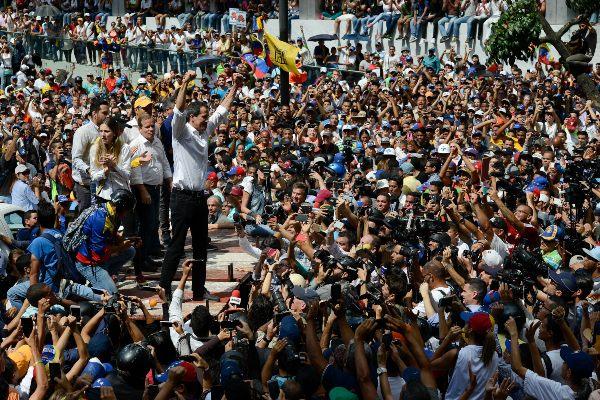 EXHORTO. Guaidó pidió a sus seguidores unirse a protestas que inician mañana contra Maduro: de educadores, enfermeros y estudiantes. Foto: AP