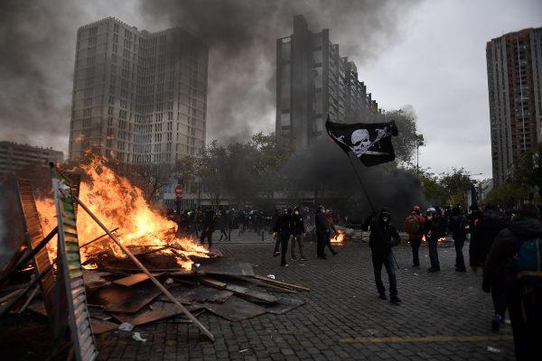 FURIA. Protestantes quemaron mobiliario y atacaron autos. Foto: AFP
