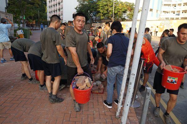 LABOR. Los actos de limpieza se produjeron tras una de las peores jornadas de violencia. Foto: AFP