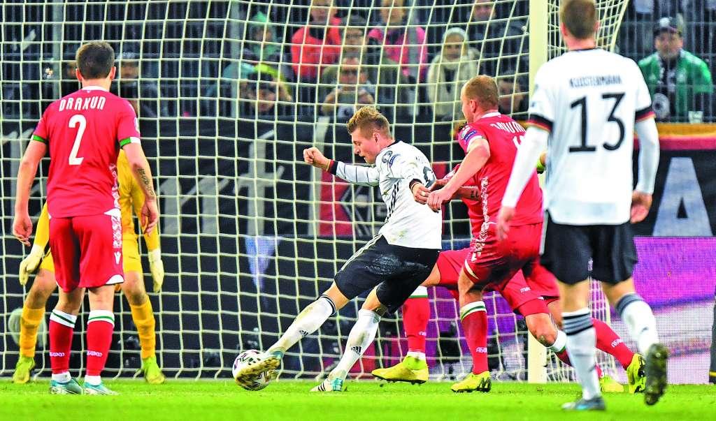 FIGURA. Toni Kroos tuvo una noche destacada, siendo referencia de La Mannschaft ante Bielorrusia. Foto: AP