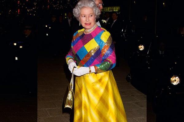 Los colores neutros no entran en el armario de la Reina Isabel II. Foto: The Telegraph.