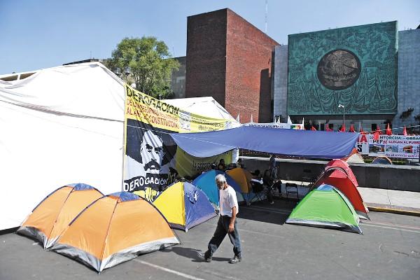 RECURSOS. Trabajadores del campo mantienen un bloqueo afuera de la Cámara de Diputados. Foto: Leslie Pérez