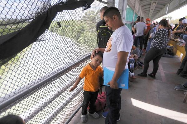 LUCHA. Migrantes esperan el ingreso entre Matamoros y Brownsville. Foto: AP