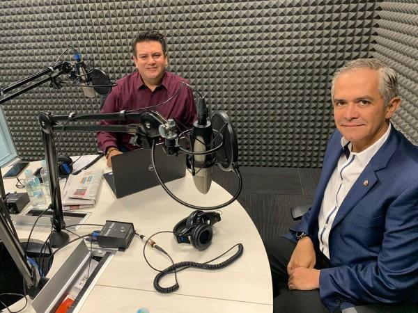 El Senador Miguel Ángel Mancera en la cabina de El Heraldo Radio. FOTO: ESPECIAL