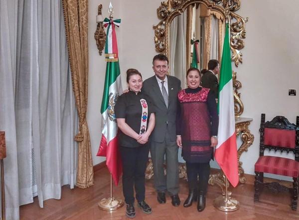 Carlos García de Alba, embajador de México en Italia, en compañía de las chefs. Foto: Especial