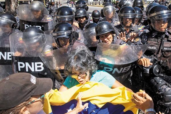 CAPITAL. Decenas de personas salieron ayer a las calles para tratar de volver a prender la mecha opositora en Venezuela.  Foto: EFE