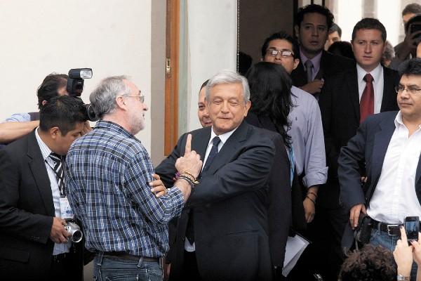 RECHAZO. En 2012, en una reunión con Javier Sicilia, López Obrador se rehusó a recibir un beso. Foto: Cuartoscuro