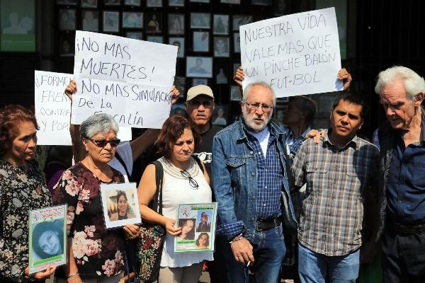 Madres de desaparecidos acompañados del activista Javier Sicilia  FOTO: MARGARITO PÉREZ RETANA /CUARTOSCURO.COM